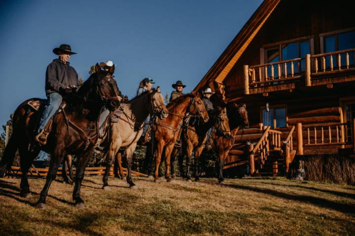 Flughafen in WL erreicht man nach einer Stunde Highway und einer Stunde Schotter-Straße die Ranch am Big Creek River. Die Ranch ist mit 5 Zimmern für je 2 Personen sowie zwei Cabins für 4 und 2 Personen angelegt. Zur Freizeitaktivität werden hauptsächlich geführte Wandertouren angeboten. Die Ranch besitzt 20 ausgebildete Pferde für dieses einmalige Erlebnis durch die Natur, dieses ist wahrlich einzigartig. Mit einem gewissen Respekt zur Natur erlebt man hier großartig Panoramen. Die beste Reisezeit schätze ich von Mai bis Oktober. Ein paar mitgebrachte Eindrücke möchte ich nun gern übermitteln ...